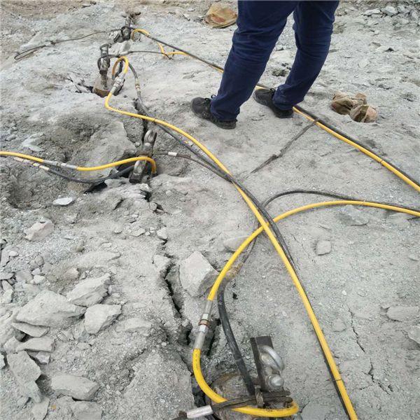 会理不用凿岩机开采石头劈裂机洞采小型机械开采案例